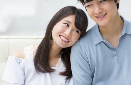肩にもたれ寄り添うカップルの写真素材 [FYI00465635]
