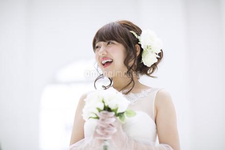 ブーケを持ち微笑む花嫁の写真素材 [FYI00465641]