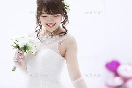 ブーケを持ち微笑む花嫁の素材 [FYI00465642]