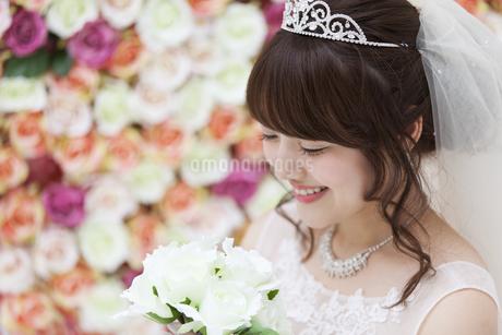 ブーケを持ち微笑む花嫁の写真素材 [FYI00465643]