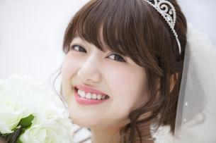 ブーケを持ち微笑む花嫁の写真素材 [FYI00465646]