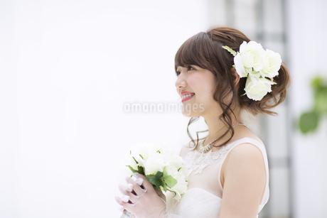 ブーケを持ち微笑む花嫁の写真素材 [FYI00465650]