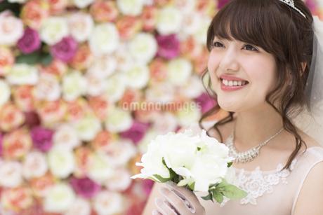 ブーケを持ち微笑む花嫁の素材 [FYI00465653]