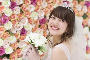 ブーケを持ち微笑む花嫁の写真素材 [FYI00465655]