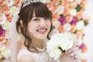 ブーケを持ち微笑む花嫁の写真素材 [FYI00465657]