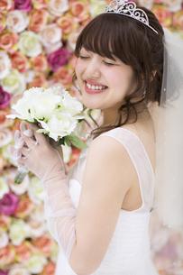 ブーケを持ち微笑む花嫁の写真素材 [FYI00465658]
