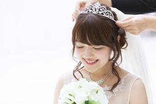 ブーケを持ち微笑む花嫁の素材 [FYI00465659]