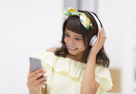 スマートフォンで音楽を聞く女性の写真素材 [FYI00465661]