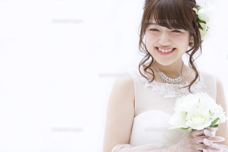 ブーケを持ち微笑む花嫁の写真素材 [FYI00465662]