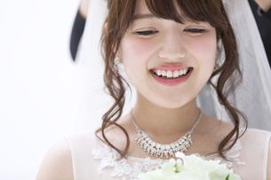 ブーケを持ち微笑む花嫁の素材 [FYI00465663]