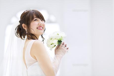 ブーケを持ち微笑む花嫁の写真素材 [FYI00465664]