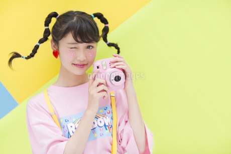 カメラを持ち微笑む女性の写真素材 [FYI00465665]