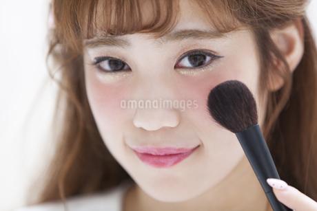 メイクをする女性の写真素材 [FYI00465667]