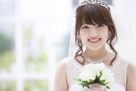 ブーケを持ち微笑む花嫁の素材 [FYI00465668]