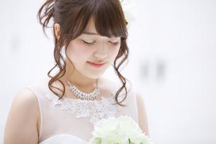 ブーケを持ち微笑む花嫁の写真素材 [FYI00465669]