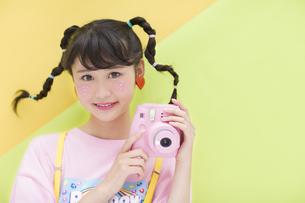カメラを持ち微笑む女性の写真素材 [FYI00465676]