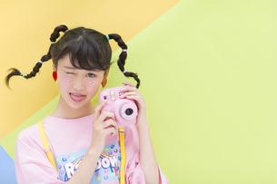 カメラを手に持つ女性の写真素材 [FYI00465678]