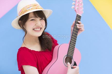ギターを弾く女性の写真素材 [FYI00465680]