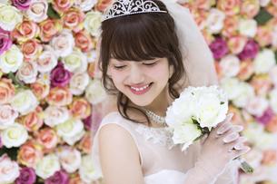 ブーケを持ち微笑む花嫁の写真素材 [FYI00465681]