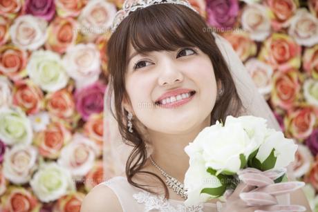 ブーケを持ち微笑む花嫁の写真素材 [FYI00465682]