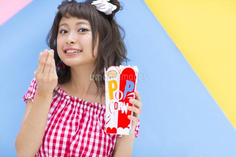 ポップコーンを食べる女性の素材 [FYI00465689]