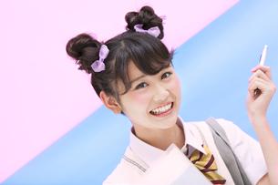 ペンを持って微笑む女子学生の写真素材 [FYI00465692]