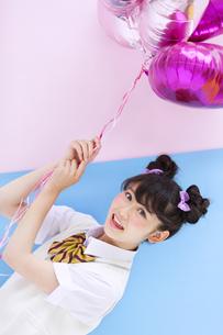 風船を持って微笑む女子学生の写真素材 [FYI00465697]