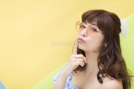 サングラスを掛けてポーズをとる女性の写真素材 [FYI00465698]