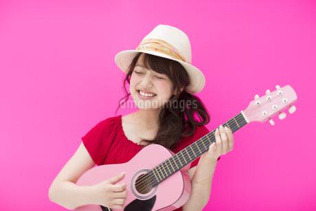 ギターを弾く女性の写真素材 [FYI00465699]