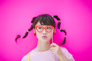 パーティーメガネをつける女性の写真素材 [FYI00465704]