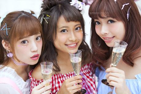 シャンパンを持って微笑む女性3人の写真素材 [FYI00465722]