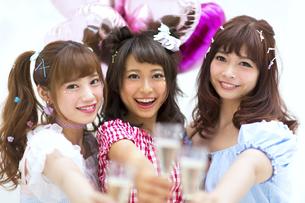 シャンパンを持って乾杯をする女性3人の写真素材 [FYI00465723]