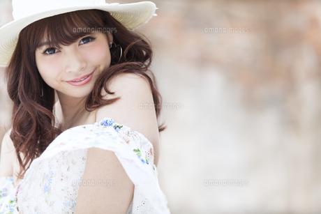 微笑む女性のポートレートの素材 [FYI00465724]