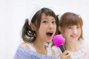 マイク持って歌う女性の写真素材 [FYI00465725]