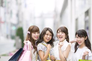 ショッピングを楽しむ女性4人の写真素材 [FYI00465726]