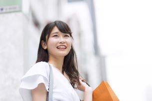 ショッピングを楽しむ女性の写真素材 [FYI00465731]