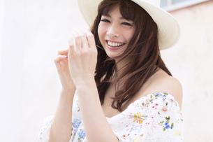 帽子を被ってくつろぎ笑う女性の写真素材 [FYI00465732]