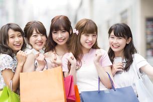 ショッピングを楽しむ女性5人の写真素材 [FYI00465738]
