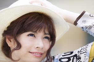 帽子を被って上を見上げる女性の写真素材 [FYI00465739]