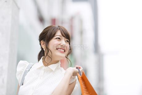 ショッピングを楽しむ女性の写真素材 [FYI00465745]