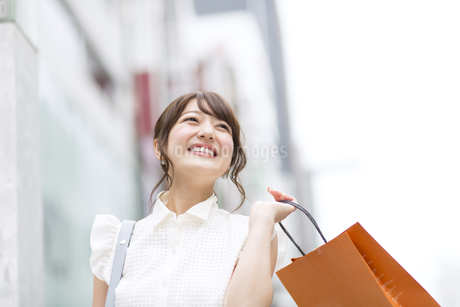 ショッピングを楽しむ女性の写真素材 [FYI00465746]