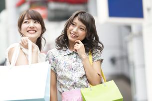 ショッピングを楽しむ女性2人の写真素材 [FYI00465748]