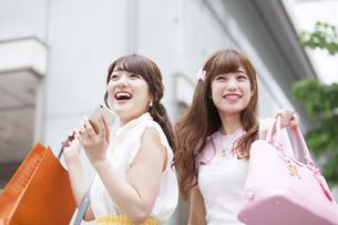 ショッピングを楽しむ女性2人の写真素材 [FYI00465750]