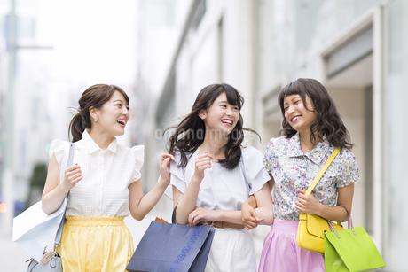 ショッピングを楽しむ女性3人の写真素材 [FYI00465754]