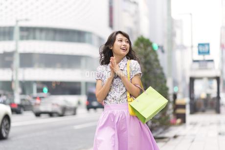 ショッピングを楽しむ女性の写真素材 [FYI00465755]