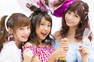 シャンパンを持って微笑む女性3人の写真素材 [FYI00465760]