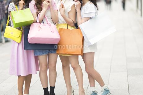 ショッピングバッグを持っている4人の女性の脚元の写真素材 [FYI00465764]