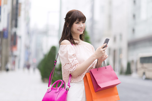 ショッピングを楽しむ女性の写真素材 [FYI00465765]