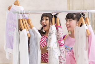 服を選ぶ女性2人の素材 [FYI00465769]