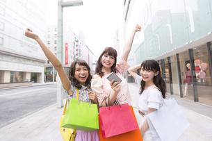 ショッピングを楽しむ女性3人のポートレートの写真素材 [FYI00465775]